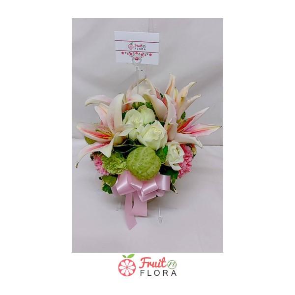 แจกันดอกไม้สดใบสวย ตกแต่งด้วยดอกไม้นานาชนิด มอบให้คนใกล้ชิดหรือคนพิเศษก็ปลื้มปริ่ม