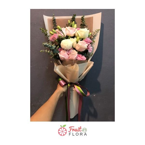 ช่อดอกไม้ ตกแต่งด้วยดอกกุหลาบสีขาว ชมพู แซมด้วยดอกเบญจมาศปิงปอง ห่อด้วยกระดาษห่อสีครีมอย่างสวยงาม