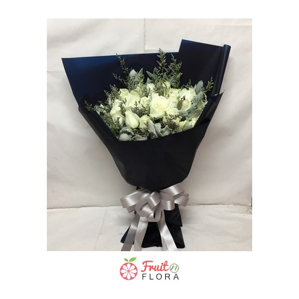 ช่อดอกกุหลาบขาวแสนสวย สัญลักษณ์ของรักแท้ แซมด้วยดอกสุ่ยและดอกยิปโซ มอบให้แก่คนที่คุณรักสิคะ