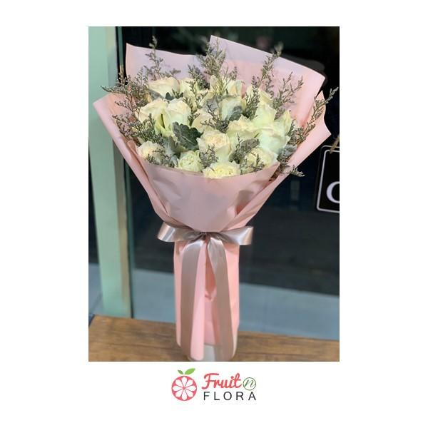 ช่อดอกกุหลาบขาวแสนสวย ห่อด้วยกระดาษสีชมพู ช่วยให้ความรักของคุณละมุนอ่อนหวาน จนใครๆ ก็อิจฉา