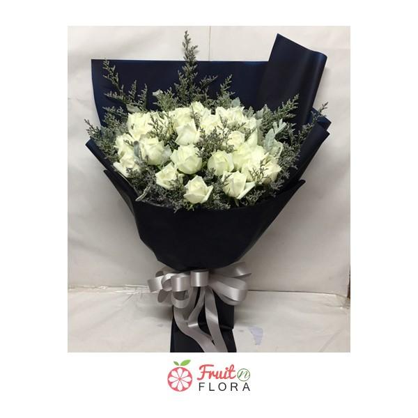 ช่อดอกกุหลาบขาวในห่อกระดาษสีน้ำเงินสุดหรู มอบให้คนพิเศษของคุณสิคะ