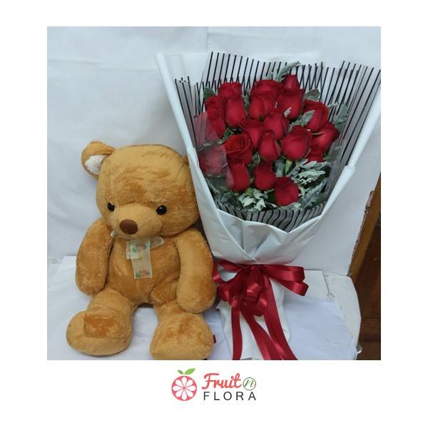 ช่อดอกกุหลาบแดงพร้อมตุ๊กตาหมี ตกแต่งอย่างสวยงามในกระดาษห่อสีขาวลายทางสีดำ