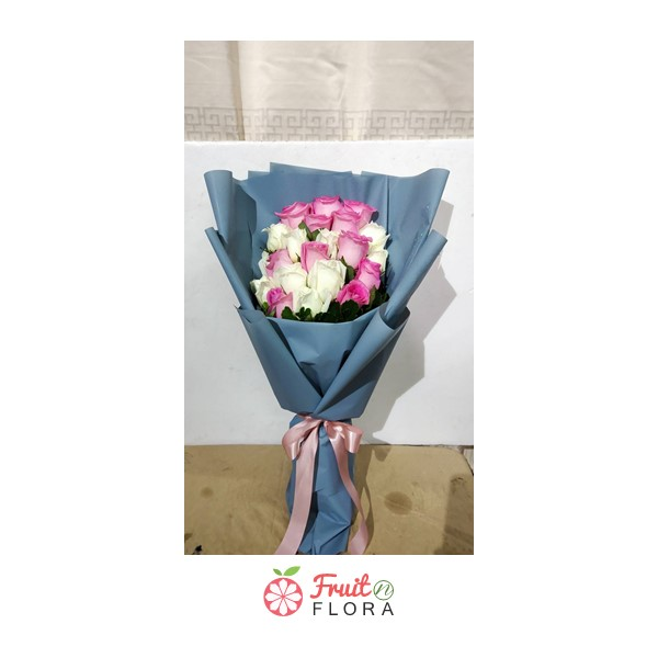 ช่อดอกกุหลาบสีขาว-ชมพูในห่อสีกรมท่าอ่อนๆ ให้ความรู้สึกอบอุ่นถึงขั้วหัวใจสุดๆ
