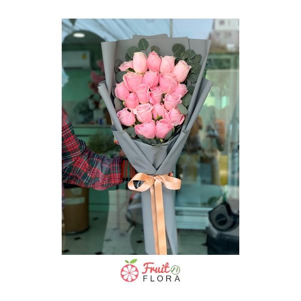 ช่อดอกกุหลาบสีชมพูในห่อกระดาษสีเทา มอบให้แฟนก็ได้ หรือจะมอบให้คนที่แอบชอบก็ดีค่ะ