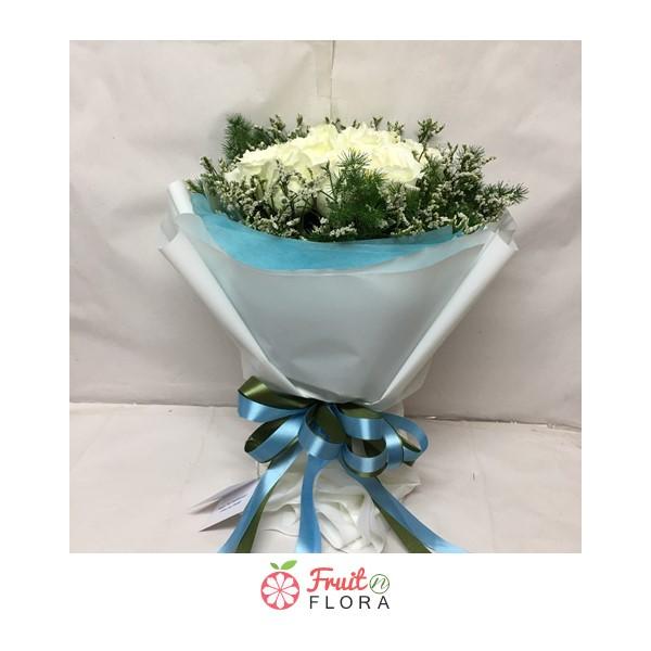 ช่อดอกกุหลาบขาวทรงกลม ล้อมรอบด้วยดอกสุ่ย ให้ความรู้สึกอบอุ่นใจที่ผู้ให้มีต่อผู้รับ