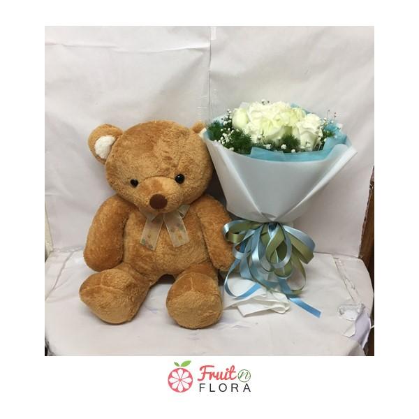 ช่อดอกกุหลาบขาวสวย ๆ พร้อมตุ๊กตาหมี ส่งแทนความรัก ความคิดถึง และความห่วงใยให้คนพิเศษของคุณกันค่ะ