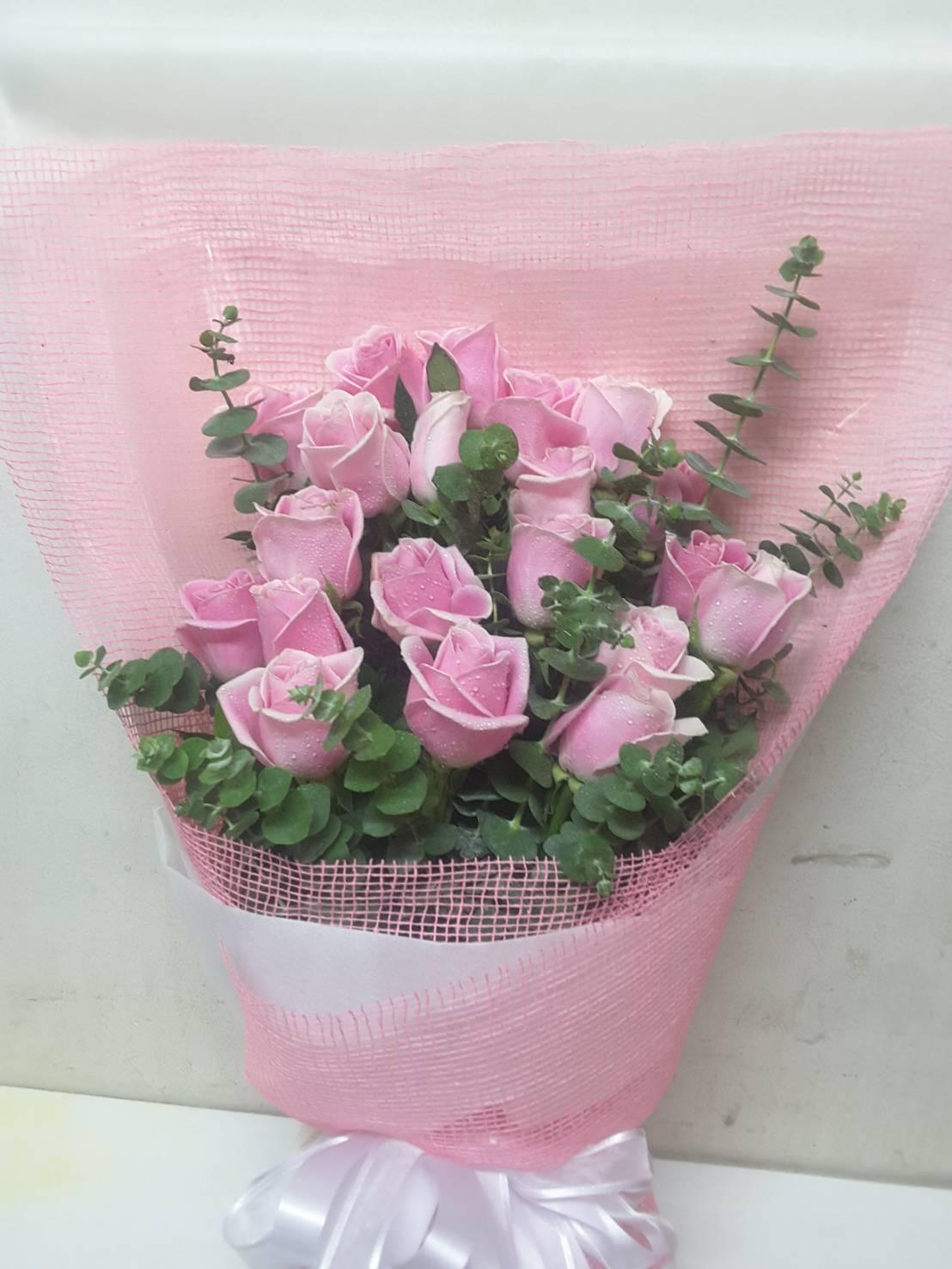 ดอกกุหลาบสีชมพูที่สื่อถึงความรักที่แสนอ่อนหวานจำนวน 20 ดอกถูกมัดรวมกันด้วยใจภายในช่อเดียว