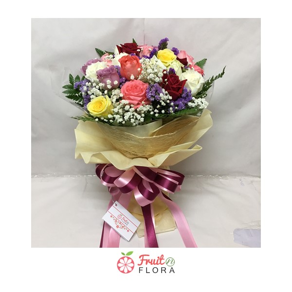 ช่อดอกกุหลาบหลากสีสันสวยงาม ตกแต่งด้วยดอกกุหลาบคละสี ดอกสแตติส และดอกยิปโซ