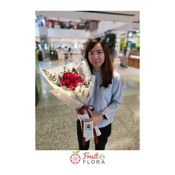 ช่อดอกกุหลาบสวย ๆ ในห่อสีกระดาษสีครีม สาวคนไหนได้รับจากชายหนุ่มรู้ใจ เป็นต้องปลื้มปริ่มตลอดทั้งวันค่ะ