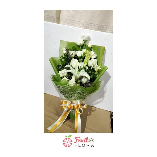 ช่อดอกไม้โทนสีขาว-เขียวสวยๆ ตกแต่งด้วยดอกกุหลาบ แซมด้วยดอกลิลลี่ สื่อแทนความรักและความรู้สึกดี ๆ ถึงคนที่คุณรัก