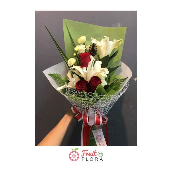 ช่อดอกไม้โทนสีขาว-เขียว จัดตกแต่งด้วยดอกลิลลี่ขาว และกุหลาบขาว แซมด้วยดอกกุหลาบแดง สื่อแทนใจว่ารักและคิดถึงอย่างสุดๆ เลยค่ะ