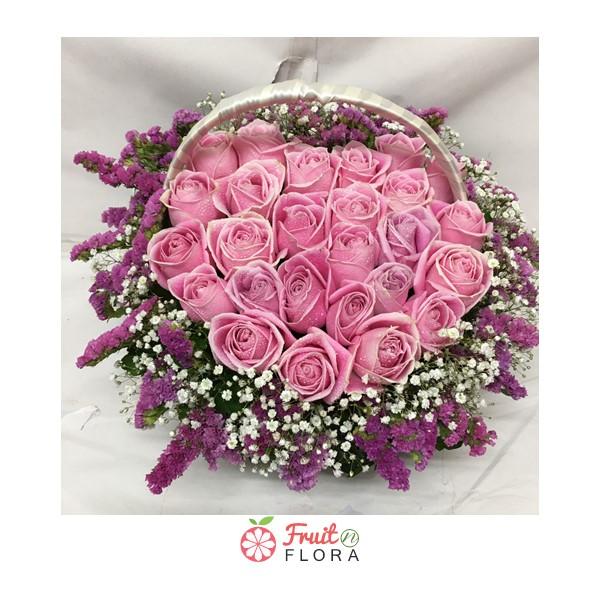 กระเช้าดอกไม้สวยๆ โทนสีชมพู-ม่วง จัดตกแต่งด้วยดอกกุหลาบสีชมพู แซมด้วยดอกสแตติสสีม่วง และดอกยิปโซ