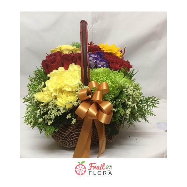 กระเช้าดอกไม้สวยๆ หลากสีสันสดใส ตกแต่งด้วยดอกไม้นานาชนิดอย่างสวยงาม เพิ่มเติมความสดชื่นให้บ้านของคุณ