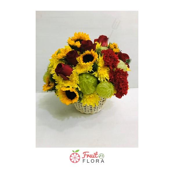 กระเช้าดอกไม้สวย ๆ จัดตกแต่งด้วยดอกทานตะวัน กุหลาบ มัม และดอกคาร์เนชั่น ช่วยให้บ้านของคุณน่าอยู่ยิ่งขึ้น