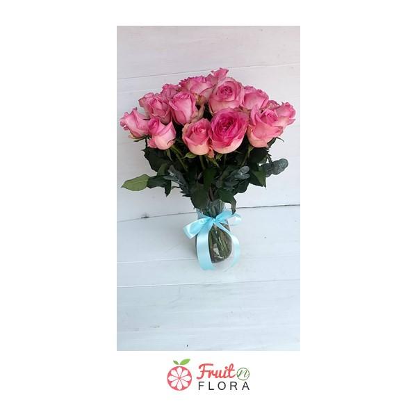 แจกันดอกไม้สวยๆ อย่างแจกันดอกกุหลาบสีชมพูใบนี้ จะมอบให้แก่คนพิเศษก็ได้ หรือนำมาจัดตกแต่งบนโต๊ะรับแขกก็เริ่ด