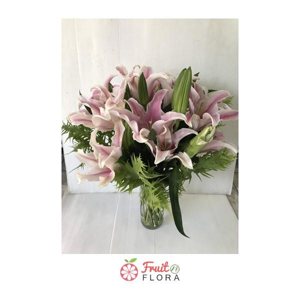 แจกันดอกลิลลี่สีชมพู เหมาะสำหรับจัดตกแต่งบ้าน หรือมอบให้ผู้ใหญ่ที่เคารพในโอกาสสำคัญ