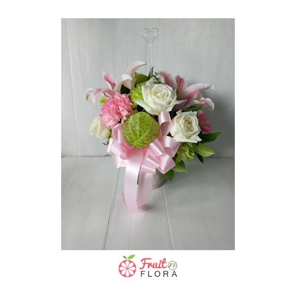แจกันดอกไม้สวยๆ ตกแต่งด้วยดอกไม้นานาชนิด เหมาะสำหรับตกแต่งบ้านหรือโต๊ะทำงานให้น่าอยู่