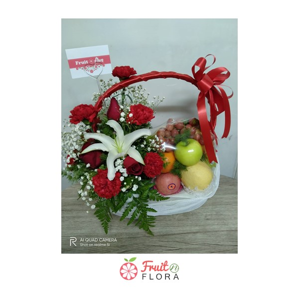 กระเช้าผลไม้ ของขวัญแทนความรักและความห่วงใยในสุขภาพของคนพิเศษ ตกแต่งด้วยดอกไม้สวยๆ