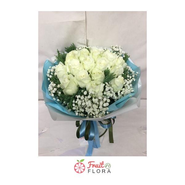 ช่อดอกกุหลาบสีขาวในกระดาษห่อสีฟ้า ล้อมรอบด้วยดอกสุ่ย สื่อความหมายได้ดีเลยทีเดียวค่ะ
