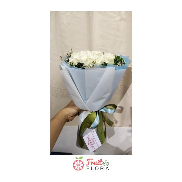 ช่อดอกกุหลาบขาวล้วน แซมด้วยดอกสุ่ย ห่อด้วยกระดาษสีฟ้า เหมาะสำหรับมอบให้คนสำคัญของคุณ