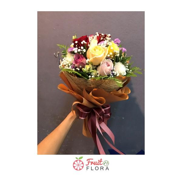 ช่อกุหลาบสีสันสดใสหลากสี ต้องยกให้ช่อดอกไม้ช่อนี้ค่ะ มอบให้ผู้รับ มั่นใจว่าปลื้มปริ่มไปทั้งวัน