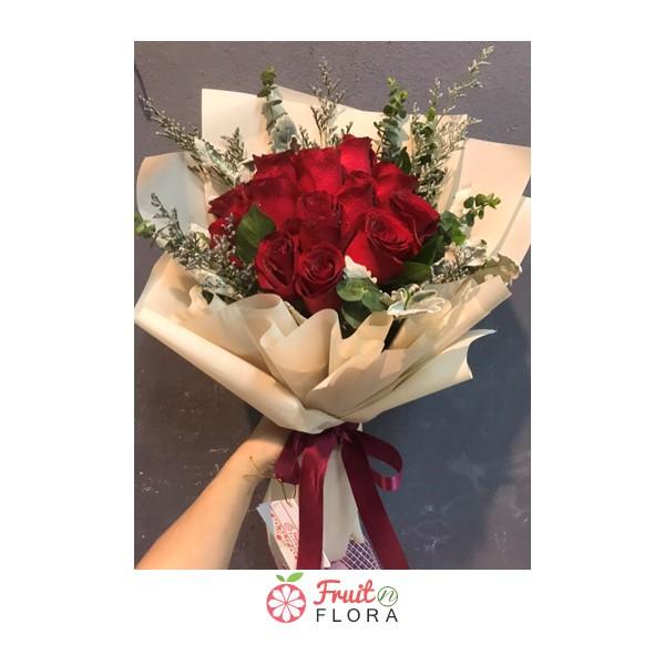 ในวันที่ต้องกักตัวอยู่ที่บ้านก็อย่าปล่อยให้ความรักของคุณต้องเหี่ยวเฉาเลยนะคะ ลองมอบช่อดอกกุหลาบแดงให้คนรักของคุณสิคะ