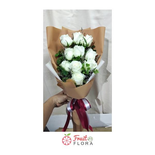 ช่อดอกกุหลาบขาว ห่อด้วยกระดาษสีน้ำตาล ผูกโบสวย ๆ อย่างนี้ ต้องสั่งมาสักช่อแล้ว