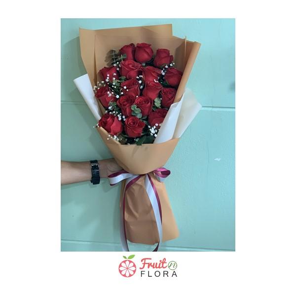 ช่อดอกกุหลาบแดงแรงฤทธิ์ แซมด้วยดอกมัมและยิปโซ ห่อด้วยกระดาษห่อสีแดง เลอค่าสุด ๆ