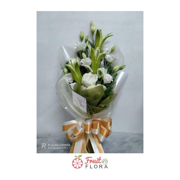 ช่อดอกลิลลี่กับช่อดอกกุหลาบขาวล้วน พอนำมาจัดช่อรวมกัน ให้ความรู้สึกสบาย ช่วยให้ผู้รับปลื้มใจ ชื่นใจแน่นอนค่ะ
