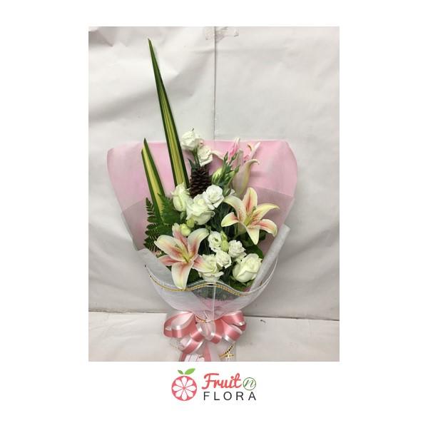 ช่อดอกกุหลาบขาวแซมพร้อมดอกลิลลี่ขาว ห่อด้วยกระดาษห่อสีชมพู สวยงามจริง ๆ ค่ะ