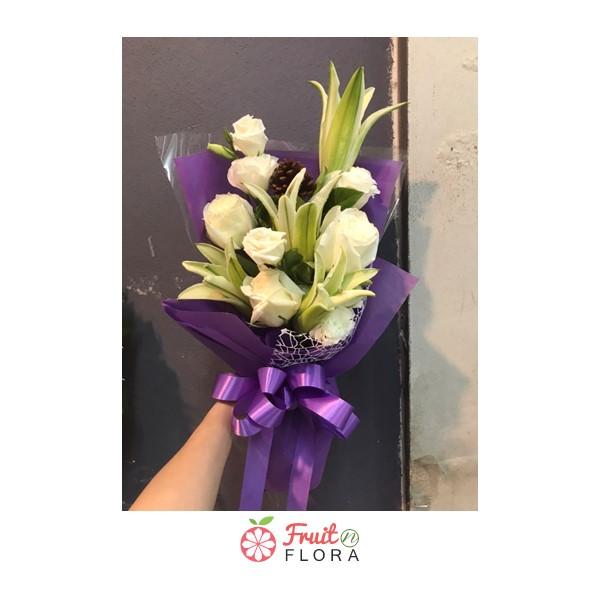 ช่อดอกไม้ขาว สื่อถึงความรักอันบริสุทธิ์ ช่วยให้รู้สึกสบาย ปลอดโปร่งกับผู้รับจริง ๆ ค่ะ แถมความหมายก็ดีด้วย