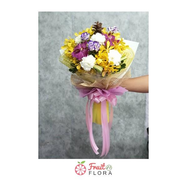 ช่อดอกไม้สวย ๆ ที่นำดอกไม้สีสันสดใสหลากหลายชนิดมาจัดอยู่ในช่อเดียวกัน เลอค่าสุดๆ ค่ะ