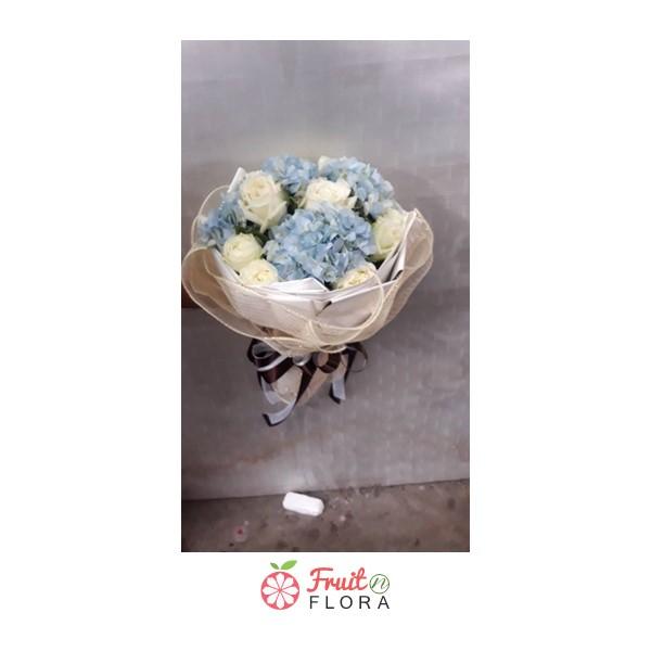 ช่อกุหลาบขาวแซมด้วยดอกไฮเดรนเยีย ห่อด้วยกระดาษห่อสีครีม ดีเลิศสุด ๆ ค่ะ