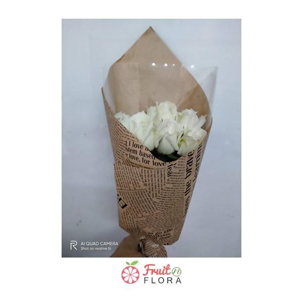 ช่อกุหลาบขาวห่อด้วยกระดาษห่อสีน้ำตาล สื่อถึงความรักแท้ มอบให้ใครก็ประทับใจจริง ๆ ค่ะ