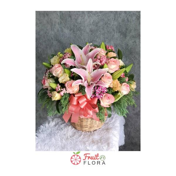 กระเช้าดอกไม้สวย ๆ ตกแต่งด้วยดอกไม้นานาพันธุ์ สวยงาม แถมสดชื่นอีกด้วยค่ะ