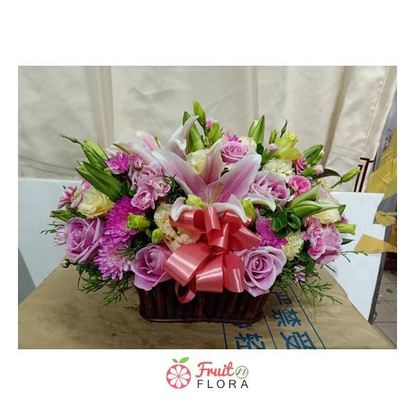 กระเช้าดอกไม้ใบกะทัดรัด จัดตกแต่งด้วยดอกไม้สดสีสันสดใสหลากชนิด สีสันสวยงาม