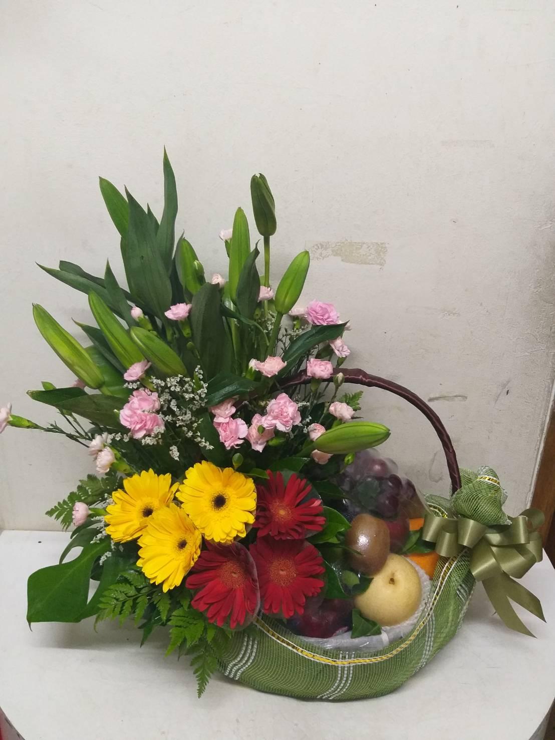 กระเช้าผลไม้อุดมไปด้วยวิตามินนานาชนิด จัดตกแต่งด้วยดอกไม้และใบไม้ต่างๆ อย่างสวยงาม