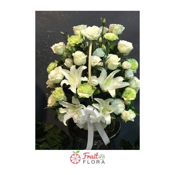 กระเช้าดอกไม้สีขาว-เขียว ตกแต่งด้วยดอกไม้นานาพันธุ์อย่างสวยงาม