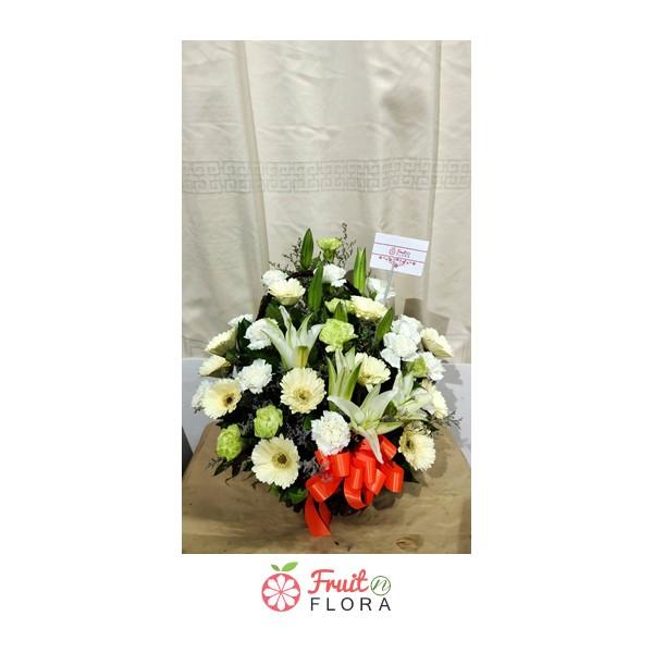 กระเช้าดอกไม้โทนสีขาว-เขียว ตกแต่งด้วยดอกไม้ชนิดต่าง ๆ ให้ความรู้สึกสดชื่น สบายตา