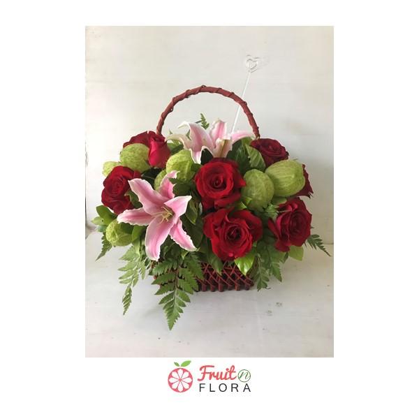 กระเช้าดอกไม้ ตกแต่งอย่างพิถีพิถันด้วยดอกกุหลาบสีแดง และดอกลิลลี่สีชมพูอย่างสวยงาม