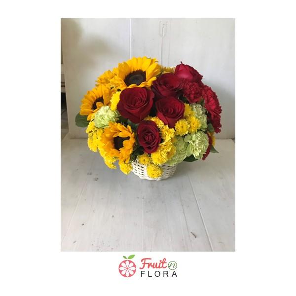 กระเช้าดอกไม้โทนสีเหลืองสดใสจากดอกทานตะวัน แซมด้วยดอกกุหลาบแดง