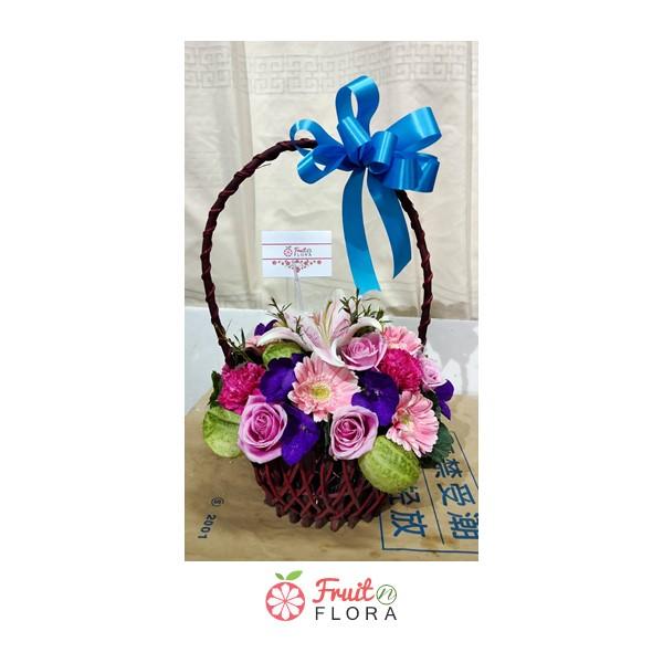 กระเช้าดอกไม้สดดีไซน์เก๋ไก๋ ไม่ซ้ำใคร จัดแต่งด้วยดอกไม้นานาพันธุ์