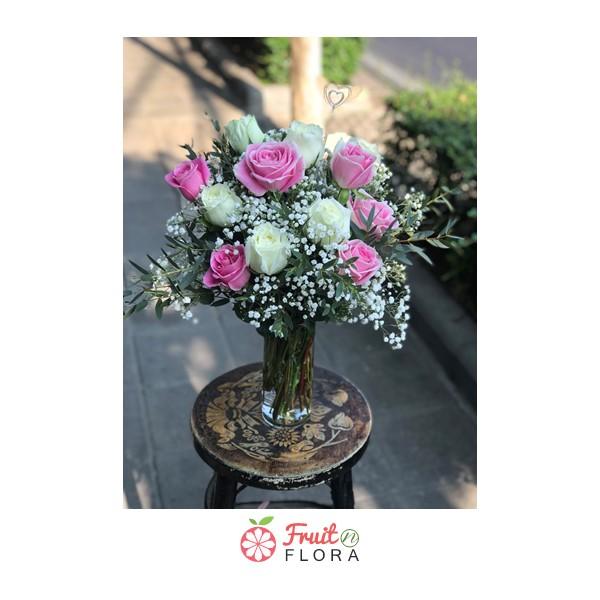 แจกันดอกไม้สวย ๆ ตกแต่งด้วยดอกกุหลาบคละสีอย่างสวยงาม