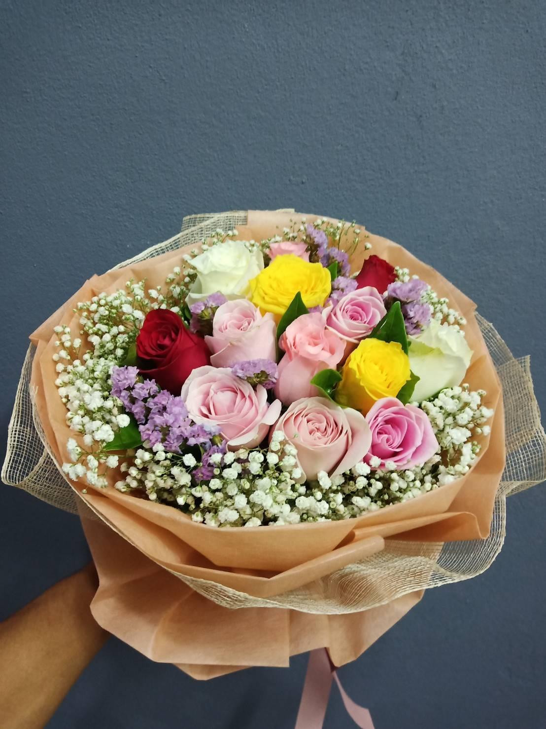 ช่อดอกกุหลาบคละสี แซมด้วยดอกสแตติสและดอกยิปโซ ให้ความสวยงามโดดเด่นสะดุดตา