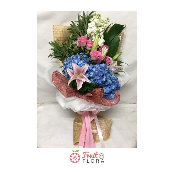 ช่อดอกไม้หลากสีสันสวยงาม จัดแต่งด้วยดอกไม้คุณภาพดีนานาชนิด