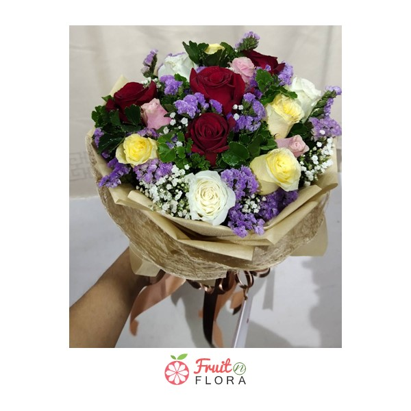 ช่อดอกกุหลาบดอกกุหลาบคละสีสันสวยงาม ดอกสแตติส และดอกยิปโซ จัดรวมไว้ในช่อเดียว