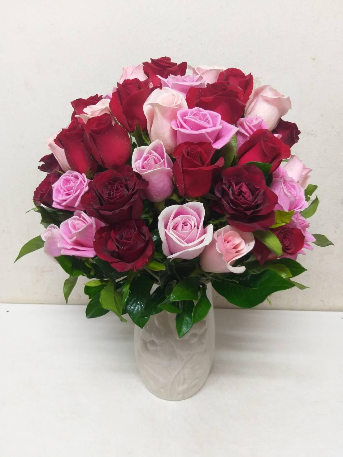 แจกันดอกกุหลาบคละสี สร้างความโดดเด่นสะดุดตาภายในบ้านหรือห้องทำงานได้ดีทีเดียว