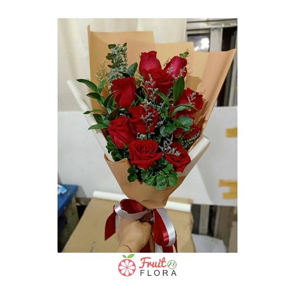 ช่อดอกกุหลาบแดงแรงฤทธิ์ ห่อด้วยกระดาษห่อสีน้ำตาลอ่อน ผูกโบสีขาว-แดง