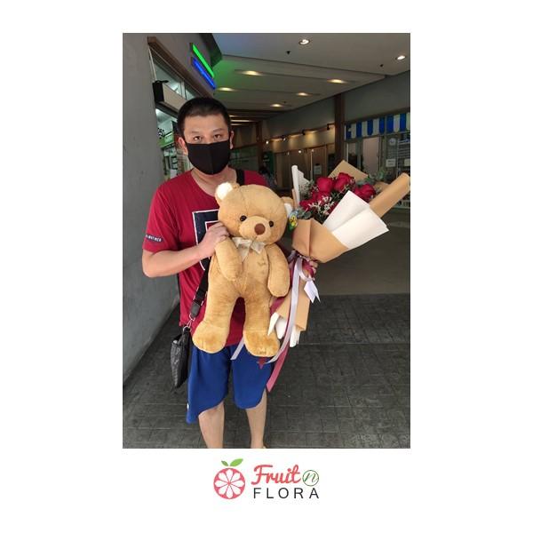 ช่อดอกกุหลาบแดงสื่อความรักโรแมนติก พร้อมตุ๊กตาหมี สาวคนไหนจะโชคดีกันนะ