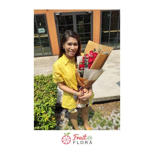 ช่อดอกกุหลาบสีแดง ห่อด้วยกระดาษสีน้ำตาล ผูกโบสวย ๆ ช่อนี้ สาว ๆ ชอบ